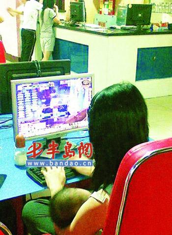 雷人一幕:年轻女子怀抱婴儿在网吧内玩网游